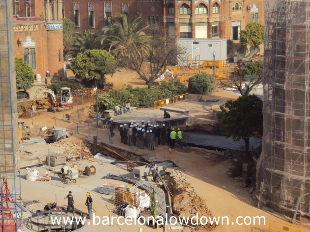 A tour group visiting the Hospaital de Sant Pau, hard hats are compulsory