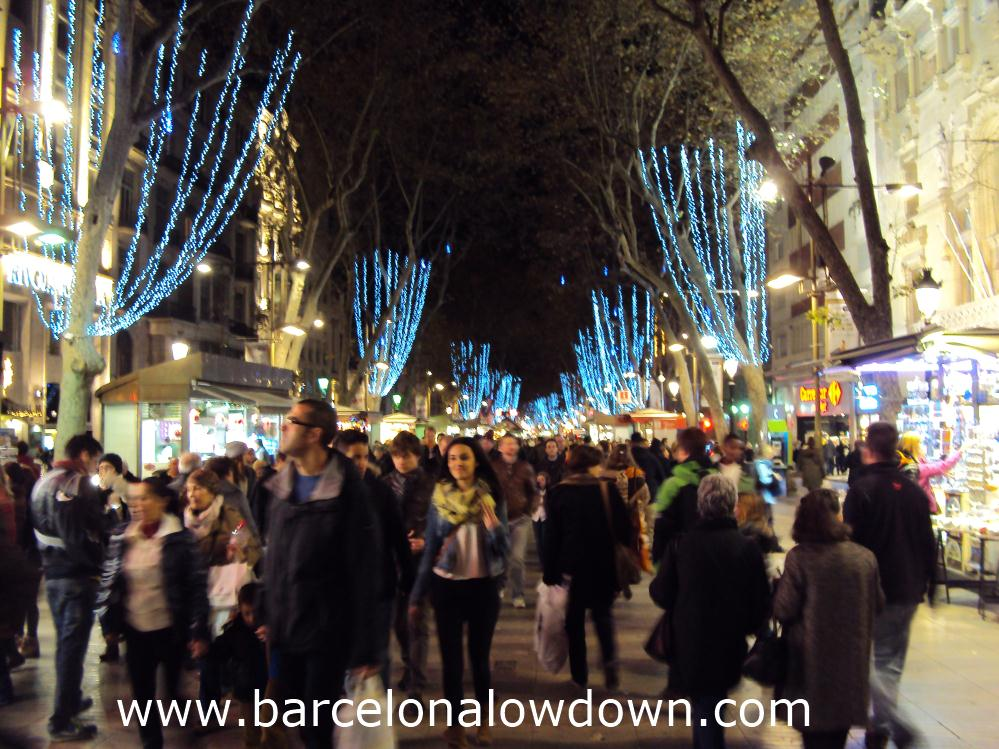 Christmas shoppers on Barcelonas Las Ramblas
