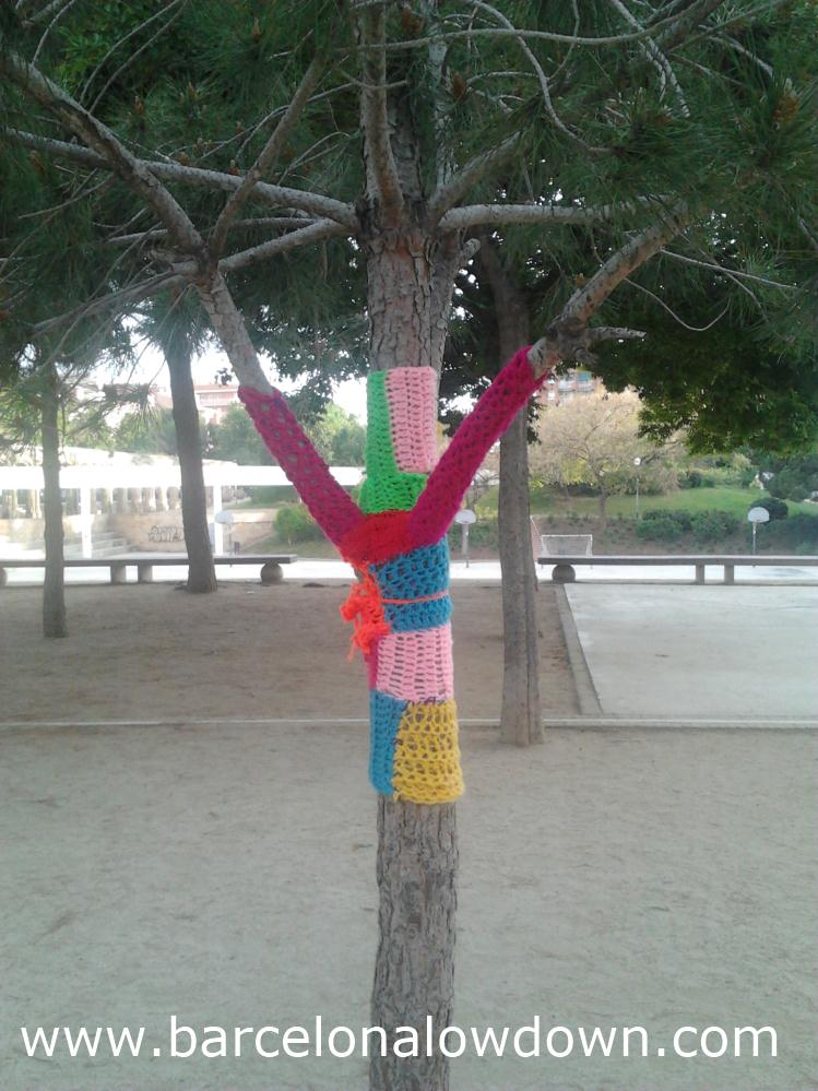 A tree wearing a hand knitted jumper in the Parc del Clot Barcelona