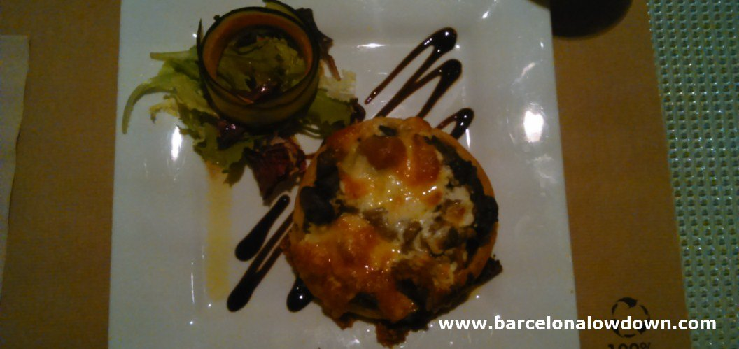 Vegetable tart and salad in Sesamo. One of th best vegetarian restaurants in Barcelona