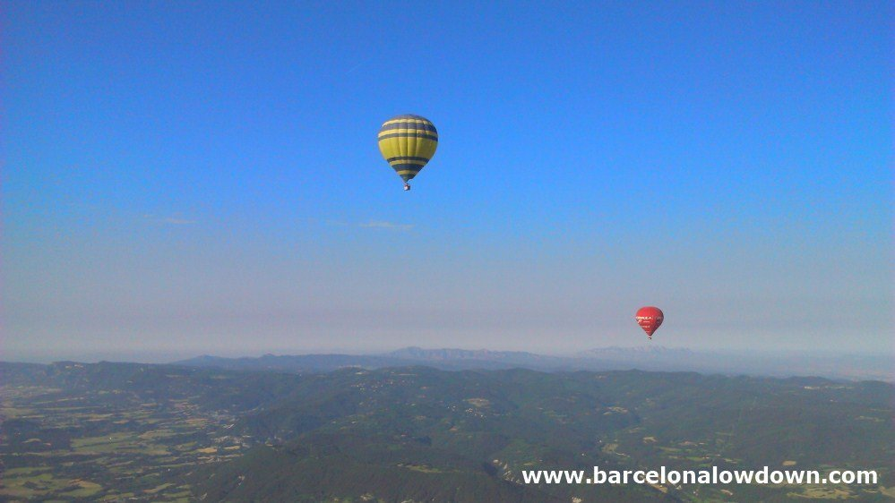 Balloons at an altitude of 1800m with spectacular views of Montserrat to the south and the Pre-Pyrenees to the north.